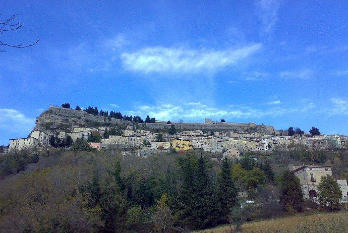 690px-Panorama_di_Civitella_del_Tronto