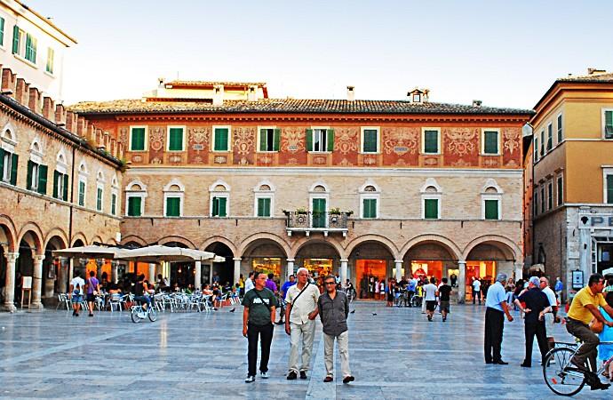 Piazza_del_Popolo_(Ascoli_Piceno)-web